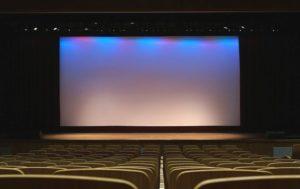 Сцена с экраном установка, экран для конференции, конференция с экраном.